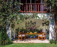 Dona de uma pequena coleção de orquídeas, a empresária Márcia Zahran resolveu juntar os exemplares em um só lugar para facilitar os cuidados. Os vasos ficam reunidos sobre um aparador de madeira posicionado na varanda. (Conteúdo de Casa e Jardim)