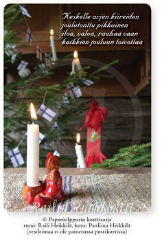 Lapsuuden joulumuistoihin kuuluu tämäkin pikkuinen joulutonttu – pienen 1940-luvun tytön erään pula-ajan joulun ainoa joululahja. Pikkuinen tonttukynttilänjalka toi joulumieltä ja ilahduttaa edelleenkin tuoden lapsuuden joulutunnelmaa lähelle - joulukuusen tuoksu, syttyvät kuusenkynttilät ja hennosti kahisevat kuusenkoristeet. Railin runo kuljettaa joulun lämpimiin ajatuksiin. Korn, Birthday Candles