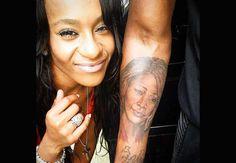 Bobbi Kristina en août 2014, très fière du tatouage hommage de son amoureux