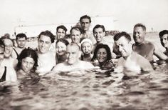 Atatürk, gençlerle Florya Plajı'nda... 1930'lu yıllar.
