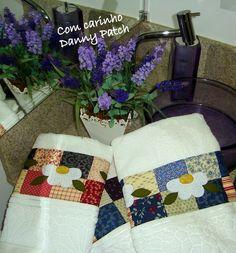 Conjunto de toalhas de rosto e banho, com flores aplicadas. Toalhas de ótima qualidade. As cores e aplicações podem variar de acordo com a sua preferência.  * Toalha de rosto adicionada ----R$48,00
