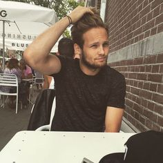 Wear your hair messy, layered and long like Daley Blind. @manutd