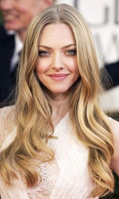 This is Amanda Seyfried's trick to doing her makeup in less than 5 minutes. This is a total makeup-hack! Celebrity Hairstyles, Braided Hairstyles, Wedding Hairstyles, Red Carpet Hairstyles, Latest Hairstyles, Amanda Seyfried Hair, Bob Rubio, Jenifer Lawrence, Corte Y Color