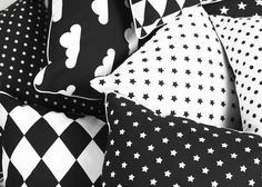 Poduszka dekoracyjna o rozmiarze 40x40 cm. Gruba tkanina bawełniana, czarne pasy na białym tle. Z drugiej strony czarna gruba bawełna o tej samej gramaturze. Suwak ukryty, czarna...