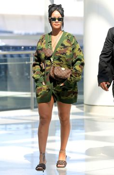 this look is under rated. She can look sexy in anything. Rihanna Outfits, Celebrity Outfits, Dope Outfits, Celebrity Style, Girl Outfits, Stylish Outfits, Rihanna Casual, Pretty Outfits, Rihanna Street Style