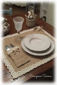 Shabby style de Serena B. Burlap Crafts, Diy Home Crafts, Deco Table Noel, Burlap Table Runners, Decoration Table, Table Covers, Kitchen Towels, Table Linens, Custom Pillows