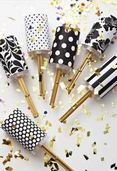 120 DIY New Years Eve Party Decorations that'll Earn you Brownie Points - Hike n Dip Make your New Year's Eve decoration earn Brownie points with these awesome New Years Eve Party Decorations. You'll love these NYE Party decoration ideas. Diy Mother's Day Crafts, Mother's Day Diy, Mothers Day Crafts, Crafts For Kids, Disco Party, Nye Party, Cheap Halloween Decorations, New Years Eve Decorations, Hollywood Party