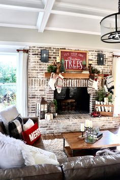 Loving this fireplace mantle Country Christmas, White Christmas, Christmas Diy, Christmas Time Is Here, Christmas Mantels, Merry Little Christmas, Christmas Design, Fireplace Whitewash, Cozy Fireplace