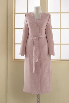 Damski długi frotte szlafrok MELIS w kolorze cappuccino z eleganckim różanym haftem ucieszy każdą kobietę, która się czuje dobrze w miękkich i lekkich szlafrokach.