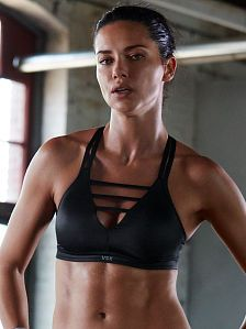 Adriana Lima shows her toned abs for the new Victoria& Secret VSX collection. Joseph Pilates, Brazilian Supermodel, Brazilian Models, Victoria Secret Sport, Victorias Secret Models, Fitness Workouts, Adriana Lima Victoria Secret, Victoria's Secret, Doutzen Kroes