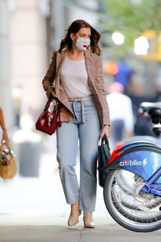 Sarah Jessica, Jessica Parker, Anne Hathaway Style, Anne Hathaway Body, Light Blue Jeans, Ootd, Hilary Duff, Look Chic, Casual Chic