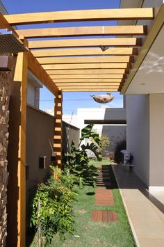 Confira nossos projetos de pergolado de madeira no corredor e faça um orçamento conosco, ou faça um projeto exclusivo com um de nossos arquitetos.