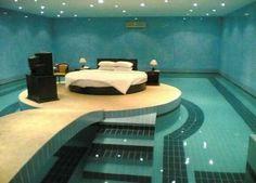 Algo demasiado exagerado; una piscina alrededor de la habitación haciendo la estancia de la cama una zona aislada, relajada y pequeña pero muy moderna y acogedora :)