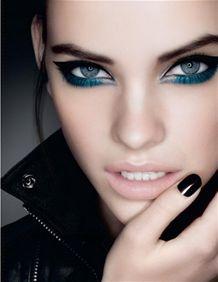 Sombra colorida embaixo dos olhos e delineador preto em cima. Ousadia pura #make…