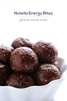 This Nutella Energy Bites recipe is super easy to make, and is perfect to enjoy for breakfast, dessert, or as a snack before a good workout! | gimmesomeoven.com