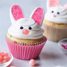 With marshmallows, jellybeans and pink decorator sugar, you can turn plain white cupcakes into Happy Bunny Cupcakes! See how easy it is to make these super cute Easter treats! cupcakes with jellybeans Happy Bunny Cupcakes Desserts Ostern, Köstliche Desserts, Delicious Desserts, Dessert Recipes, Easter Desserts, Cupcake Recipes, Easter Bunny Cupcakes, Easter Treats, Easter Cake