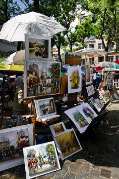 The Place du Tertre: Pra guardar pra sempre sua estada em Paris, vá para o Montmartre no place du Tertre! aqui você encontra pinturas e artistas de rua que fazem caricaturas, lugar imperdível!