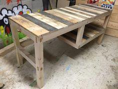 Here below is my pallet desk with integrated shelf. The frame was made with whole timber as you can see in the pictures below. Bureau en palette avec étagère suspendue, la cadre est réalisé en chevrons de charpente.