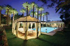 Razões para visitar St Tropez, na Riviera Francesa piscina à noite