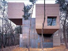"""Je viens d'avoir un gros coup de coeur pour cette habitation baptisée """"Element House"""" imaginée et réalisée par les architectes norvégiens du studio Rintala Eggertsson Architects.  Cette maison qui sert de refuge et de gite aux promeneurs se trouve dans un parc naturel en Corée du sud. Elle est composée d'un espace principal cubique en acier. Les autres pièces, également cubiques, semblent jaillir du module central déjouant les lois de la gravité. Le bois et l'acier corten sont utilisés…"""