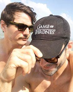 Lito steals Oberyn's hat. #gameofthrones #sense8 Lito le roba la gorra a Oberyn! #narcosseason3