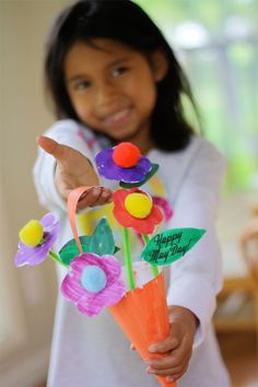 Create this bouquet of flowers for a special Mother's Day craft. Or may day baskets? Kids Crafts, Mothers Day Crafts For Kids, Daycare Crafts, Fathers Day Crafts, Mothers Day Cards, Preschool Crafts, Happy Mothers Day, Preschool Teachers, May Day Baskets
