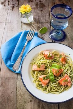 Espagueti con salmón fresco y salsa al pesto