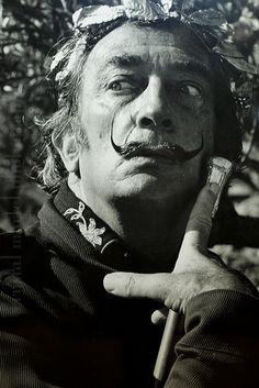 Algumas pessoas me perguntam por que venerar tanto esse louco. Eu pergunto: Por que não venerar Salvador Dalí.