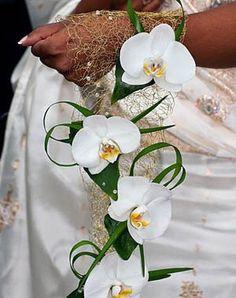 Bouquet d'orchidées, porté au poignet. Très original.