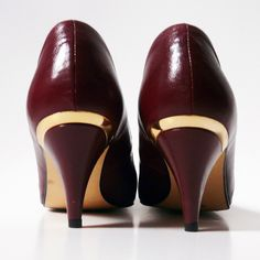 Escarpins en cuir bordeaux avec détails en plastique doré au talon.Pointure: 37,5-38 Louboutin Pumps, Christian Louboutin, Vintage Bags, Character Shoes, Dance Shoes, Heels, Fashion, Accessories, Plastic Art