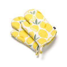 With their lemon print, these charming oven mitts will bring a pop of colour to your kitchen. Lemon Print, Decorative Accessories, Color Pop, Oven, Couture, Decorating, Store, Kitchen, Table
