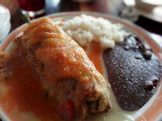 Chile Relleno de carne molida, acompañado de frijol refrito y arroz. Agua de Jamaica. Calificación: 7.4