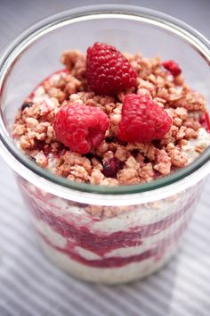 To take away please: Quinoa yoghurt pop with raspberries and crunchy topping - Lose Weight Yogurt Recipes, Lunch Recipes, Healthy Recipes, Healthy Food, Quinoa, Food To Go, Food And Drink, Chia, Vegan Cheesecake