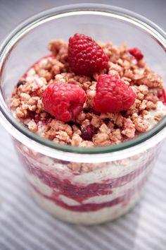 Zum Mitnehmen bitte: Quinoa-Joghurt-Pop mit Himbeeren und Knuspertopping