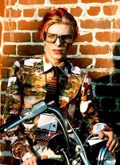 """""""Certe volte non mi sento una persona.  Non sono che un insieme di idee di altra gente.""""  - David Bowie"""
