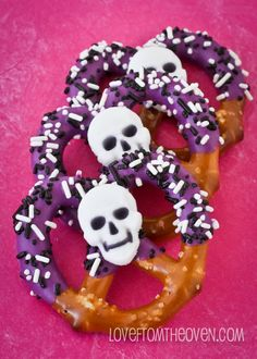 Chocolate Covered Halloween Pretzels - I can do this with my left over spider royal icings