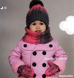 Красивый, теплый и практичный детский вязаный комплект, состоящий из шапочки, шарфа-воротника и варежек. Связан из секционно окрашенной пряжи. Шапка двойная, с узором из кос и помпончиком.