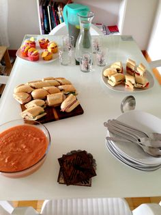A whole lunch for 5 people. Including Gazpacho Soup, 3 different Baquette Sandwiches, Gooseberry Cupcakes and Iced Tea! Gazpacho Soup, Iced Tea, Baking Recipes, Shake, Sandwiches, Cupcakes, Lunch, Breakfast, People