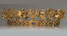 German: Wedding Crown c 1329. Last owned by Blanche de Valois (1316-1348), the first wife of Charles IV. It is the most valuable item of the Środa Treasure -a hoard of precious golden items was found in the rubble of some demolition work in the Old Town area. The crown is a unique piece of art, which has no parallels in the world. It is the only existing crown with eagles, which were an element of crown jewels after the 13th century, relating to the tradition of the empire.