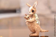 """24.10.2013 Работа дня: Мягкая игрушка """"Кенгуру с кенгуренком"""".  Очаровательный образ кенгуру, редкий для стиля Тедди. Трогательные зверята напоминают о заботе и материнской любви."""