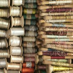 VIntage thread and lots of wonderful wooden spools! - VIntage thread and lots of wonderful wooden spools! Sewing Box, Sewing Tools, Sewing Crafts, Little Mercerie, Couture Vintage, Vintage Sewing Notions, Antique Sewing Machines, Wooden Spools, Thread Spools