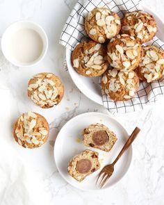 Havermout-muffins met amandelen, rozijnen en gevuld met heerlijke smeuïge homemade amandelspijs.. YUM! Deze heerlijke healthy muffins mogen niet ontbreken bij de paas- of kerstbrunch!