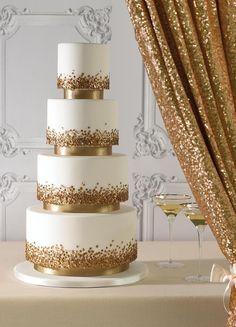 Decoração glam: Bolos suntuosos, de vários andares e com pedraria, combinam perfeitamente com o estilo glam.