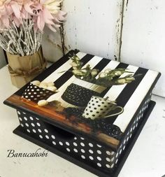 Ahşap Decoupage Furniture, Decoupage Paper, Hand Painted Furniture, Painted Boxes, Wooden Boxes, Decorative Painting Projects, Pallet Boxes, Mckenzie And Childs, African Crafts