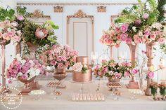 Mesa de doces em tons de ouro rosé { Decoração: Clarissa Rezende | Flores: Monica Rezende | Foto: João Coelho }