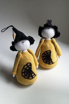 Hocus-pocus čarodejnica - postavička s čarodejníckym klobúkom uhačkovaná z bavlny a vyplnená dutým vláknom, vhodná ako hračka alebo dekorácia. Dá sa zavesiť.  Cena je za 1 kus.  * Možné prať v rukách. Nechať voľne vyschnúť. Hocus Pocus, Christmas Ornaments, Halloween, Holiday Decor, Handmade, Home Decor, Hand Made, Decoration Home, Room Decor