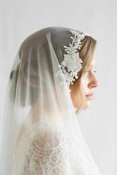un voile mariée ancien associé à une coiffure de mariage classique et romantique