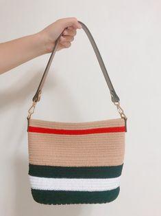 코바늘 버버리st 가방,손뜨개 가방 : 네이버 블로그 Crochet Bows, Crochet Clutch, Crochet Handbags, Diy Crochet, Crochet Clothes, Knit Fashion, Fashion Bags, My Bags, Purses And Bags