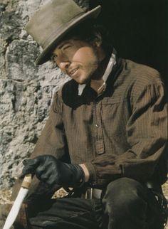 """MAÑANA DE BLUES Y ROCK de lunes a Viernes en la radio. Visita www.radiodelospueblos.com y escúchanos por internet !!!  Bob Dylan on the set of """"Pat Garrett and Billy the Kid"""" (1972)"""
