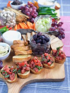 Hosting a holiday party and looking for a vegan grazing table idea or a healthy plant-based grazing platter? I'm really enjoying my time relaxing at home. table Vegan Grazing Table: How To Make A Vegan Grazing Platter Vegan Appetizers, Appetizers For Party, Appetizer Recipes, Appetizers Table, Party Food Platters, Snack Platter, Crudite Platter Ideas, Grazing Platter Ideas, Vegan Spinach Dip